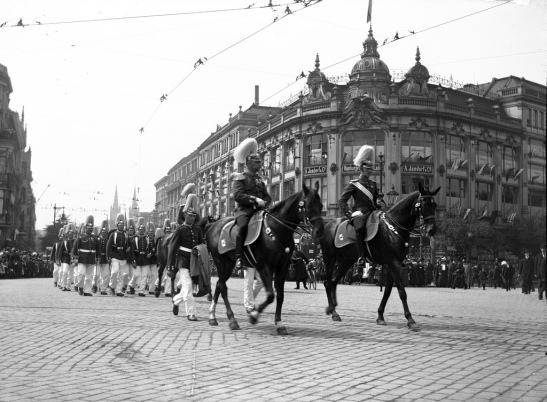 The troops returning from Tempelhofer Feld after the annual parade are passing Jandorf´s Department Store in the background, 1908 (photo with kind permission of Blekinge Museum, Karlskrona)