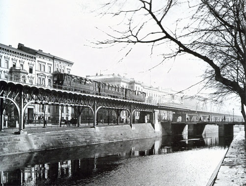 The maiden trip of the Hochbahn on February 15th, 1902 - between Hallesches Tor and Möckernstrasse (the train has just passed Großbeerenbrücke)