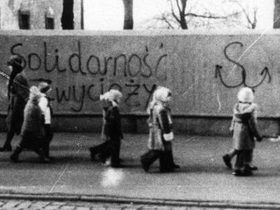 children in the street against the grafitti solidnarnosc