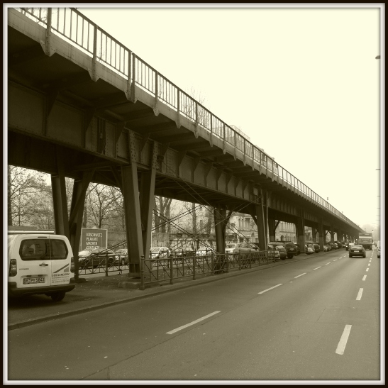This part of the viaduct was the worst damaged one after WW2 (behind the wall on the other side used to stand English Gasworks, today it´s Prinzenbad - the wet pride and joy of Kreuzberg)