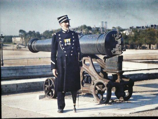 Paris-in-Colour-10 one-legged war veteran