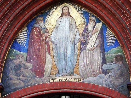 The glass mosaic above the main entrance (photo: www.evtaborgemeinde.de)