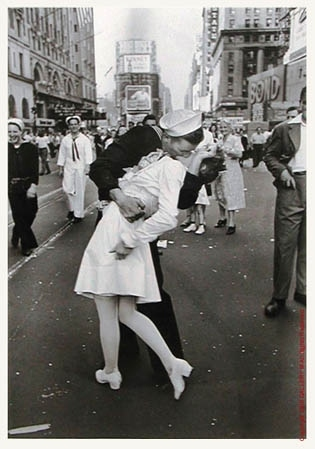 Alfred Eisenstaedt, Times Square Kiss, V-J Day, 1945