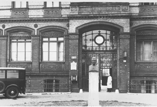 The administration building and the entrance to the hospital´s reception desk in 1942 (photo: Bildindex)
