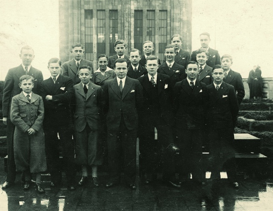 A unique photo of the young employees of Karstadt at Hermannplatz in the 1930s on the roof of the department store (photo: Thomas Lautenschlag)