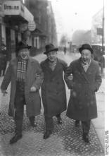 Fratellini Brothers, the famous Berlin clowns of the pre-WW2 era happily walking through their city in December 1927 (photo: Georg Pahl, Bundesarchiv)