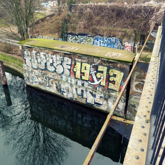 The old, eastern (in Treptow already) pillar of the bridge at Landwehrkanal: the bridge today is only half as wide as it used to be before the northern tracks were removed in the 1990´s.