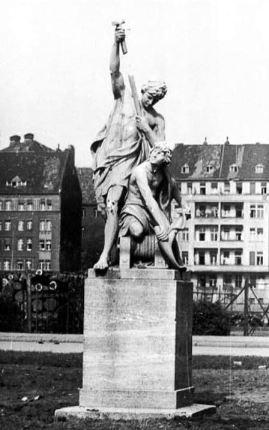 Otto Geyer´s Flußschiffahrt group in front of the old Lrankenhaus Am Urban