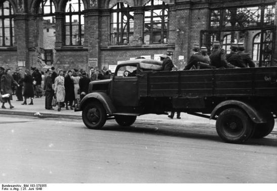 Police raid aimed at the black market activities carried out in front of the ruins of Marhaineke Markthalle in June 1948 (photo: Bundesarchiv)