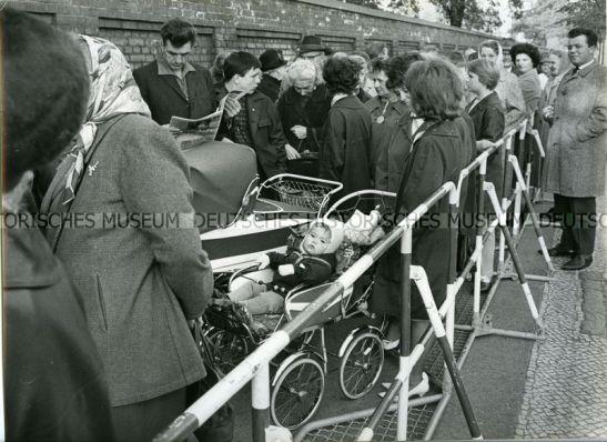People queueing in front of the Passierscheinstelle in Urbanstrasse, Berlin-Kreuzberg, in 1965.