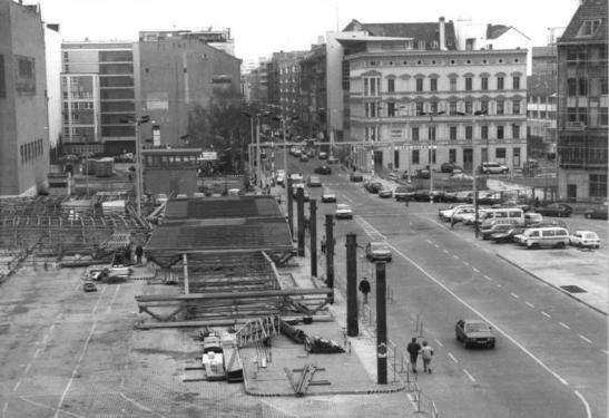 Checkpoint Charlie in 1991 seen from the East and with the watchtower still standing (photo: Peer Grimm, Bundesarchiv)