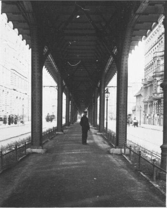 Under the newly opened Hochbahn line in Gitschiner Strasse around 1912/1913.