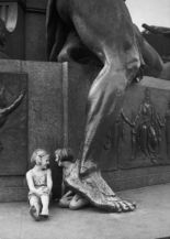 Friedrich Seidenstücker´s portrait of two little Berlin girls at the foot of Siegfried, part of the Bismarck Memorial (image: Landesarchiv).
