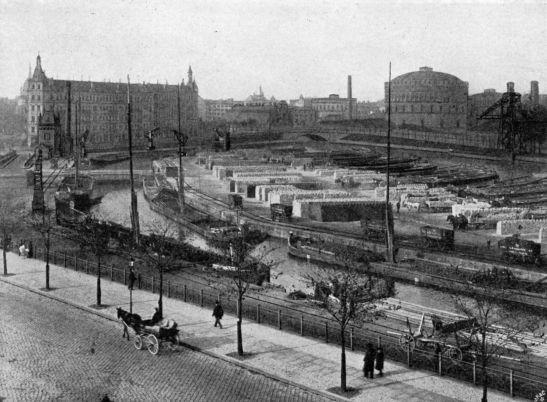 Urbanhafen in 1906 with the English Gasworks (now Prinzenbad) and Baerwaldbrücke in the background (author unknown).