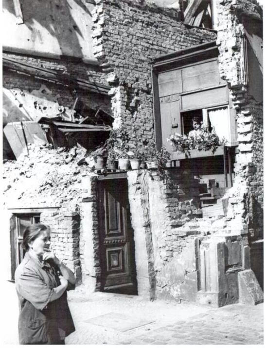 A make-shift in the ruins of Saarlandstrasse (Stresemannstrasse today) in 1945/1946.