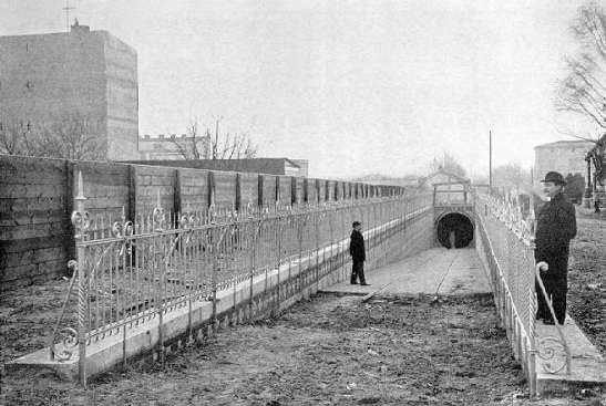 The northern end of the tunnel in Stralau - today the entrance to the tunnel is buried under the green mid-strip in Tunnelstraße. (image through berliner-verkehrsseiten.de)
