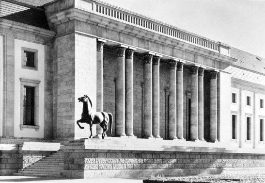 5-B1-G20-1939-28 Gartenfront Neue Reichskanzlei/Foto Berlin, Neue Reichskanzlei (1938 erbaut von Albert Speer). - Teilansicht der Gartenfront von Nord- osten mit Pferdeskulptur von Josef Thorak. - Foto, 1939.