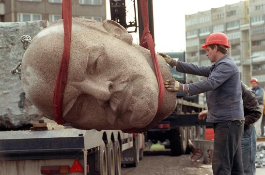 Lenin´s head being loaded onto a lorry in November 1991. (photographer unknown - please contact the author).