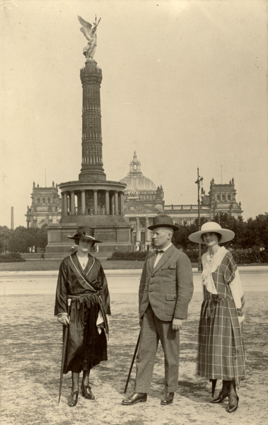 three persons before Siegessäule in 1920s