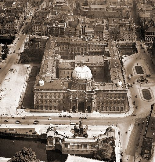 Aerial photo of the Stadtschloss from the 1930s.