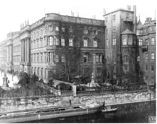 "The ""Spree Wing"" on the eastern side of the City Palace with the ""Grüner Hut"" in 1908 (photo by Max Missmann)."