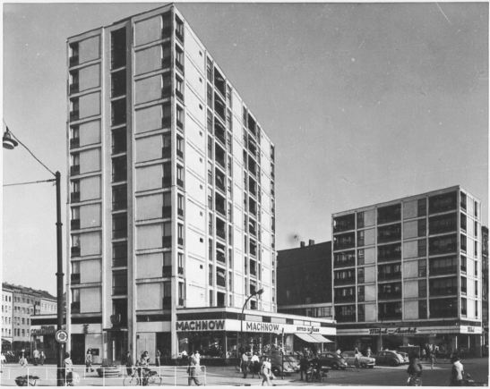 Luckhardts´ high-rise in Kottbusser Strasse 1 in 1958, with Heinrich Zille Memorial Plaque above the entrance - the plaque is still there (photo through Bildindex, Marburg).
