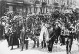 Die Beisetzung von Rosa Luxemburg am 13. Juni 1919. Riesige Kranzspenden am Anfang des Trauerzuges.