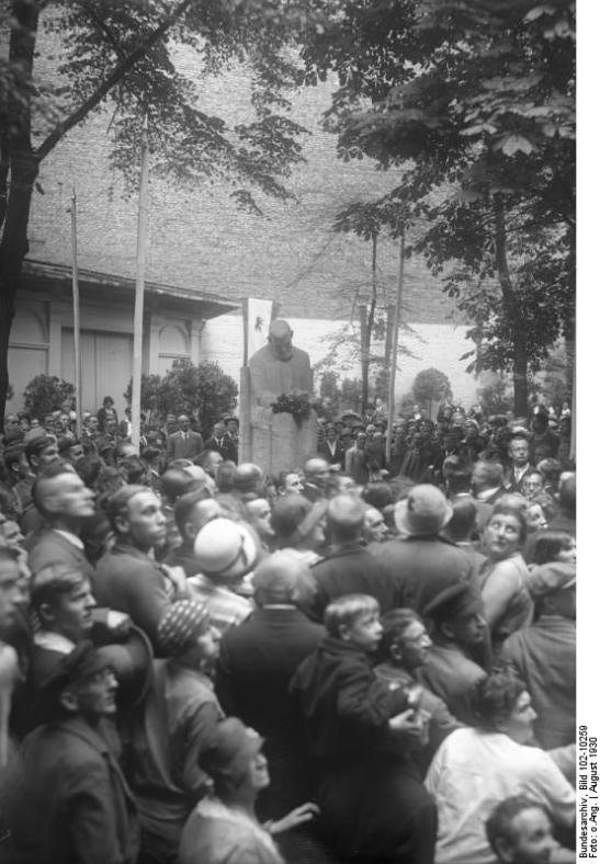The unveiling of Zille´s Memorial in Kottbusser Straße 6 in August 1929 (image by Georg Pahl, Bundesarchiv Bild 102-10259)
