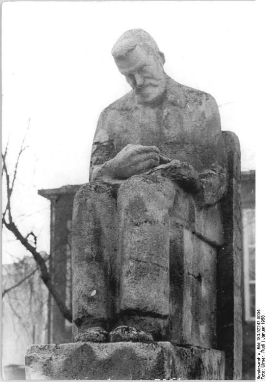 The same monument in 1958 in Bergstraße in Mitte (image by Rudi Ulmer, Bild 183-52247-0004)