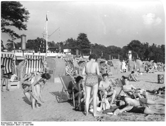 A day at the Müggelsee Lake on 12.6.1960 - Strandbad Müggelsee. (image by Erich Zuhlsdorf,  through Bundesarchiv)