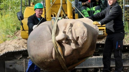 Lenin´s head being raised by a crane in the Köpenick Forest (photo by Wolfgang Kumm).