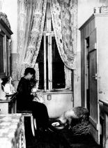 Deep crisis of the 1920s forced many Berlieners to be creative in their will to survive: a (literally) domesticated pig kept in a Berlin temenent flat (image by Willy Römer, 1924).