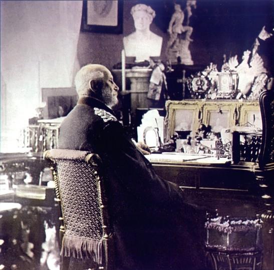 Wilhelm I. 1880 an seinem Schreibtisch Unter den Linden, Photographie